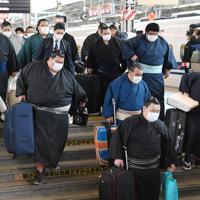 マスク姿で移動する力士たち=JR新大阪駅で2020年2月23日、加古信志撮影