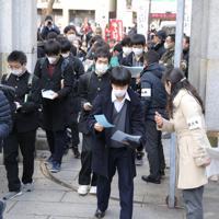 マスク姿で大学入試に臨む受験生たち=東京都文京区で2020年2月25日、宮武祐希撮影