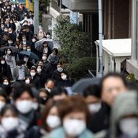 新型コロナウイルスの影響を受け、マスクをつけて通勤する人たち=東京都中央区で2020年3月4日、小川昌宏撮影
