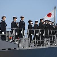 イージス艦「まや」の出港を前にマスク姿でデッキに並ぶ隊員=横浜市磯子区で2020年3月19日、北山夏帆撮影