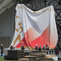 解体される聖火リレーのスタート会場=福島県で2020年3月26日午後1時2分、和田大典撮影