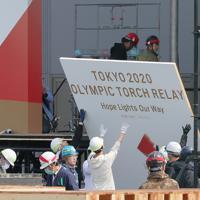 東京オリンピックの聖火リレーがスタートする予定だったJヴィレッジの特設会場で撤去作業をする作業員=福島県楢葉町で2020年3月26日午前10時51分、和田大典撮影