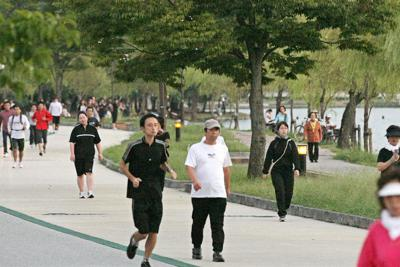 ジョギングを楽しむ人たち
