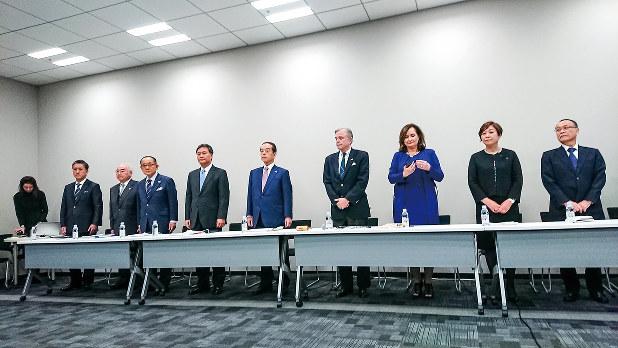 会見に臨む積水ハウス株主の和田勇・積水ハウス前会長兼CEO(中央)ら