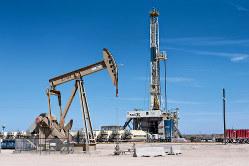 米シェールオイルの生産減少は原油価格の上昇要因(テキサス州バーミアン油田の掘削機) (Bloomberg)