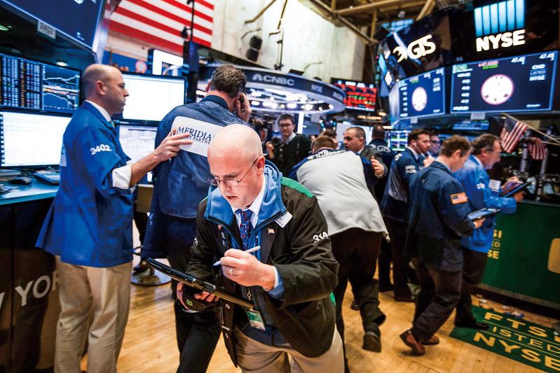 株式市場はコロナショックに振り回された(ニューヨーク証券取引所) (Bloomberg)