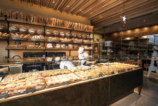 スターバックスも東京都渋谷区に昨年開いた高級店で、素材や製法にこだわった高級パンを扱っている (Bloomberg)