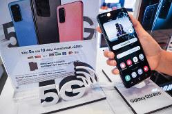 販売中の5G対応スマートフォン=バンコク 筆者撮影