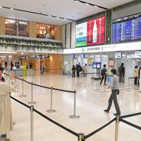 利用客の減少で、保安検査場に向かう人もまばらな福岡空港=福岡市博多区の福岡空港で2020年3月26日午後3時53分、徳野仁子撮影