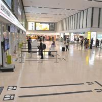 利用客の減少で、保安検査場に向かう人もまばらな福岡空港=福岡市博多区の福岡空港で2020年3月26日午後3時37分、徳野仁子撮影