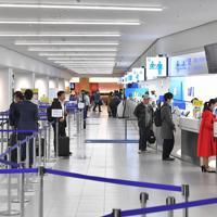 利用客の減少で、人もまばらな航空会社のカウンター=福岡市博多区の福岡空港で2020年3月26日午後4時5分、徳野仁子撮影