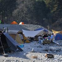 河原にテントを張り、食事や遊びを楽しむキャンパーら=東京都奥多摩町の川井キャンプ場で2020年3月21日午後2時45分、手塚耕一郎撮影