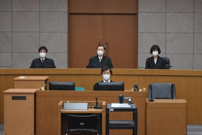 マスク姿で着席する裁判官=本文とは関係ありません