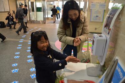 消毒液で手を消毒する子ども=大阪府吹田市の大阪大病院で2019年12月