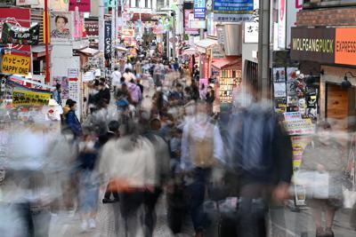 大勢の人たちでにぎわう原宿の竹下通り=東京都渋谷区で2020年3月27日午後4時3分、宮間俊樹撮影