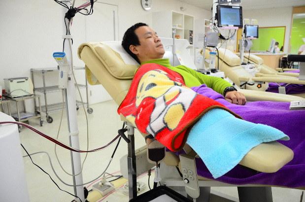 新型コロナウイルスの影響で血液不足だと聞き、献血をしに訪れた男性=奈良市東向中町の近鉄奈良駅ビル献血ルームで2020年3月16日、加藤佑輔撮影