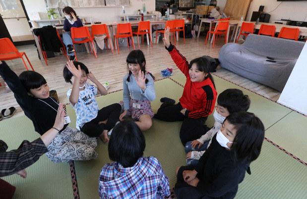 有志が協力して開いた臨時の学童保育で遊ぶ子どもたち=東京都足立区で2020年3月3日、喜屋武真之介撮影