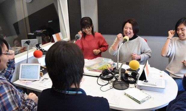 コミュニティーラジオの生放送で童歌を歌い、家で過ごす親子を応援する子育て支援拠点のスタッフら=埼玉県熊谷市で2020年3月17日、大平明日香撮影