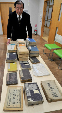 Toshietsu Matsuzaka, chairman of the association to preserve a memorial to late Japanese author Takiji Kobayashi built in his birthplace, shows books published during the Meiji era which were recently found at Kawaguchi Elementary School in Odate, Akita Prefecture, on Feb. 22, 2020. (Mainichi/Hikoshi Tamura)