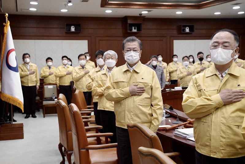 マスクをして閣議に臨む文大統領=2020年3月3日(青瓦台提供)