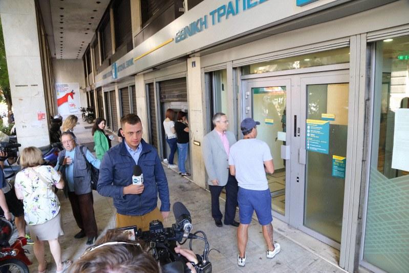 債務危機の深刻化で預金引き出し制限が実施されたギリシャでは銀行前に列ができ、世界のメディアがその様子を伝えていた=アテネで2015年7月1日、中西啓介撮影