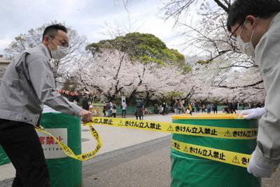 新型コロナウイルス感染拡大防止のため、立ち入り禁止のテープが張られる上野公園の桜通り=東京都台東区で27日、宮武祐希撮影