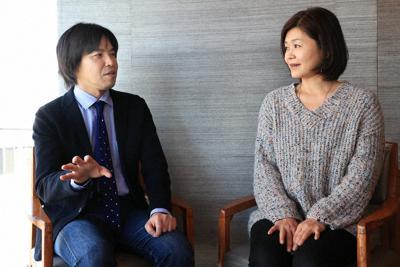 対談する森健さん(左)と吉田千亜さん=東京都千代田区で2020年3月6日、梅村直承撮影