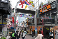 People are seen walking on Takeshita Street in the Harajuku district of Tokyo's Shibuya Ward on March 28, 2020, despite a metropolitan government call for residents to refrain from going outside over the weekend due to the spread of the new coronavirus. (Mainichi/Kimi Takeuchi)