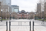 An avenue in front of the JR Tokyo Station is seen almost deserted on March 28, 2020, after the metropolitan government called on residents to refrain from going outside over the weekend due to the spread of the new coronavirus. (Mainichi/Toshiki Miyama)