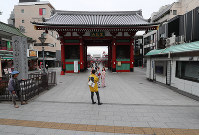 Fewer tourists than usual are seen at the Kaminarimon Gate in the Asakusa district of Tokyo's Taito Ward on March 28, 2020, after the metropolitan government called on residents to refrain from going outside over the weekend due to the spread of the new coronavirus. (Mainichi/Naoaki Hasegawa)