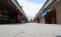 Nakamise shopping street in the Asakusa district of Tokyo's Taito Ward is seen almost deserted on March 28, 2020, as many shops are closed after the metropolitan government called on residents to refrain from going outside over the weekend due to the spread of the new coronavirus. (Mainichi/Naoaki Hasegawa)