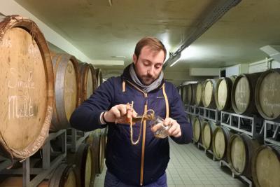 たるから取り出したばかりのウイスキーをグラスについでくれるアレクサンドル・ムタールさん=フランス・ビュクセイユ村で、久野華代撮影