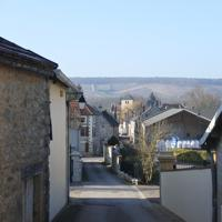 アレクサンドルさんがウイスキーを造る田園地帯はなだらかな丘が続く=フランス・ビュクセイユ村で、久野華代撮影