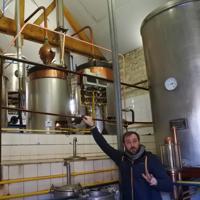 ムタール家の蒸留装置=フランス・ビュクセイユ村で、久野華代撮影