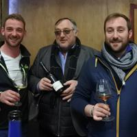 右からアレクサンドルさんと父と弟。3人とも家業の酒造りに関わっている=フランス・ビュクセイユ村で、久野華代撮影