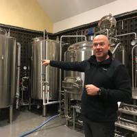 増設したばかりのビールの製造装置=フランス・アルソンバル村で、久野華代撮影