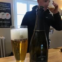 シャンパンを思わせるボトルに入ったダビさんのビール=フランス・アルソンバル村で、久野華代撮影