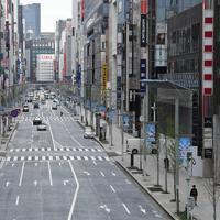 新型コロナウイルスの感染拡大を受けた「外出自粛」が始まり、閑散とする銀座の街=東京都中央区で2020年3月28日午前10時10分、宮間俊樹撮影