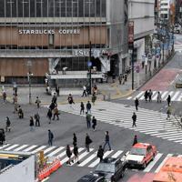 週末にも関わらず、人出が少ないJR渋谷駅前のスクランブル交差点=東京都渋谷区で2020年3月28日午前10時23分、竹内紀臣撮影