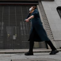 新型コロナウイルスの感染拡大防止のため東京都が都民に求めた「外出自粛」が始まり、多くの店舗が臨時休業となっていた=東京都中央区で2020年3月28日午前10時29分、宮間俊樹撮影