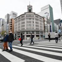 新型コロナウイルスの感染拡大防止のため東京都が都民に求めた「外出自粛」が始まり、いつもの週末と比べて人通りの少ない銀座の街=東京都中央区で2020年3月28日午前10時27分、宮間俊樹撮影