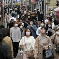 新型コロナウイルスの感染拡大を受けた「外出自粛」が始まったものの、多くの人が行き交う東京・原宿の竹下通り=東京都渋谷区で2020年3月28日午後1時21分、竹内紀臣撮影