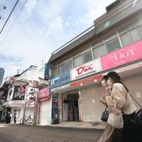 新型コロナウイルスの感染拡大を受けた「外出自粛」が始まり臨時休業する店があるものの、多くの人が行き交う東京・原宿の竹下通り=東京都渋谷区で2020年3月28日午後1時4分、竹内紀臣撮影