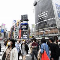 新型コロナウイルスの感染拡大を受けた「外出自粛」が始まったものの、多くの人が行き交うJR渋谷駅前のスクランブル交差点=東京都渋谷区で2020年3月28日午後2時33分、竹内紀臣撮影