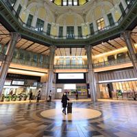 いつもは見上げて天井を撮影する人が絶えない丸の内駅舎も人が閑散としていた=JR東京駅で2020年3月28日午後3時10分、梅村直承撮影
