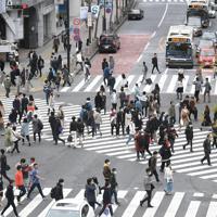 新型コロナウイルスの感染拡大を受けた「外出自粛」が始まったものの、多くの人が行き交うJR渋谷駅前のスクランブル交差点=東京都渋谷区で2020年3月28日午後3時10分、竹内紀臣撮影