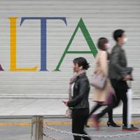 週末の外出を控えるよう都が要請する中、臨時休業したスタジオアルタ前を行き交う人たち=東京都新宿区で2020年3月28日午後2時20分、手塚耕一郎撮影