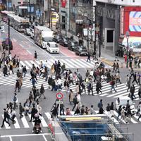 新型コロナウイルスの感染拡大を受けた「外出自粛」が始まったものの、多くの人が行き交うJR渋谷駅前のスクランブル交差点=東京都渋谷区で2020年3月28日午後4時2分、竹内紀臣撮影