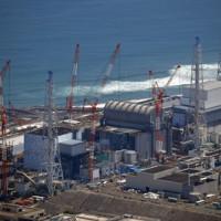 廃炉作業が進む東京電力福島第1原発=福島県大熊町で2019年8月、本社ヘリから北山夏帆撮影