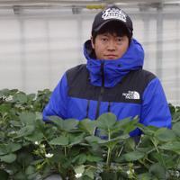 「苺の花ことば」の高橋和樹代表=新潟県上越市で